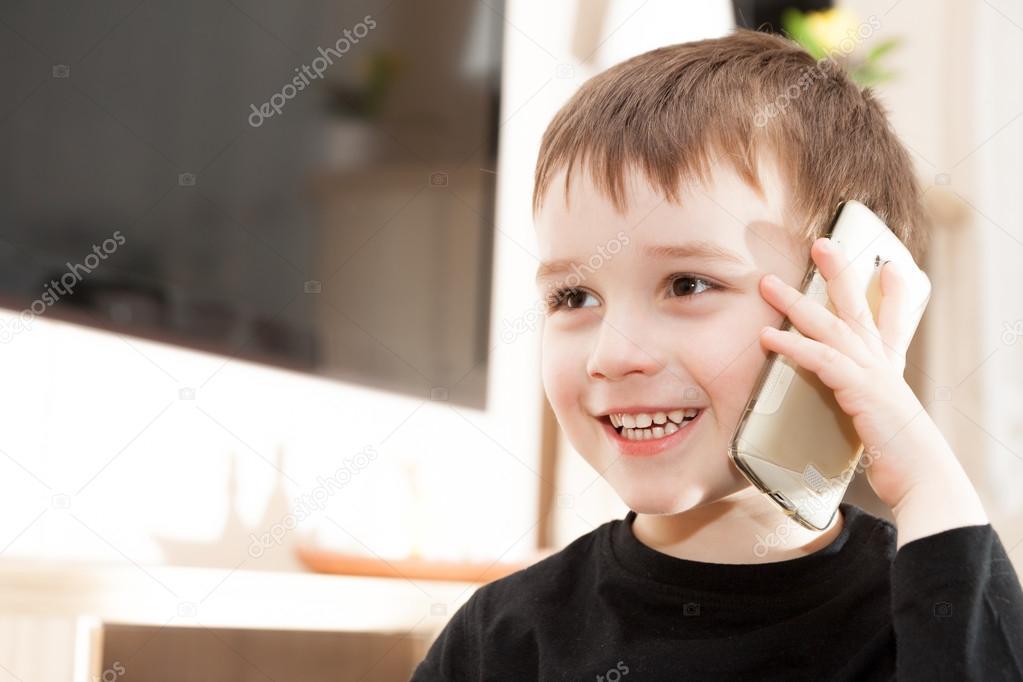Bebe Hablando Por Telefono: Cute Niño Pequeño Es Hablando Por Teléfono Celular
