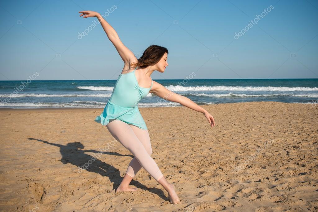 Девушка танцует на пляже фото