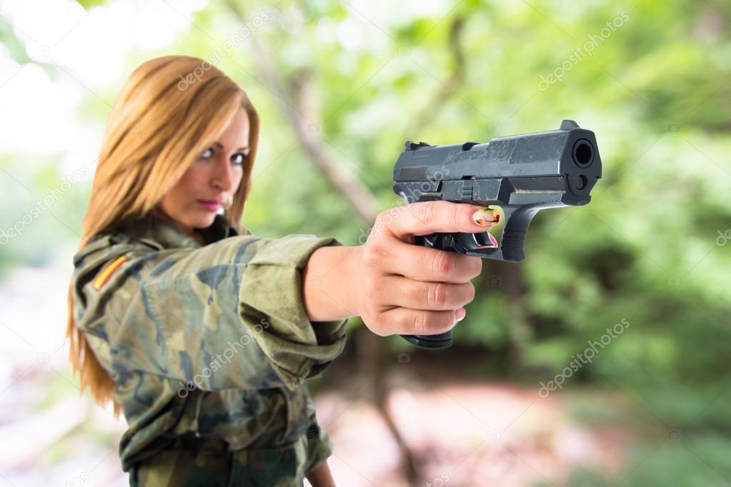 Картинки девушки стреляют из пистолета