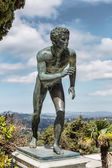 Photo A statue of The Runner in the garden of Achilleion