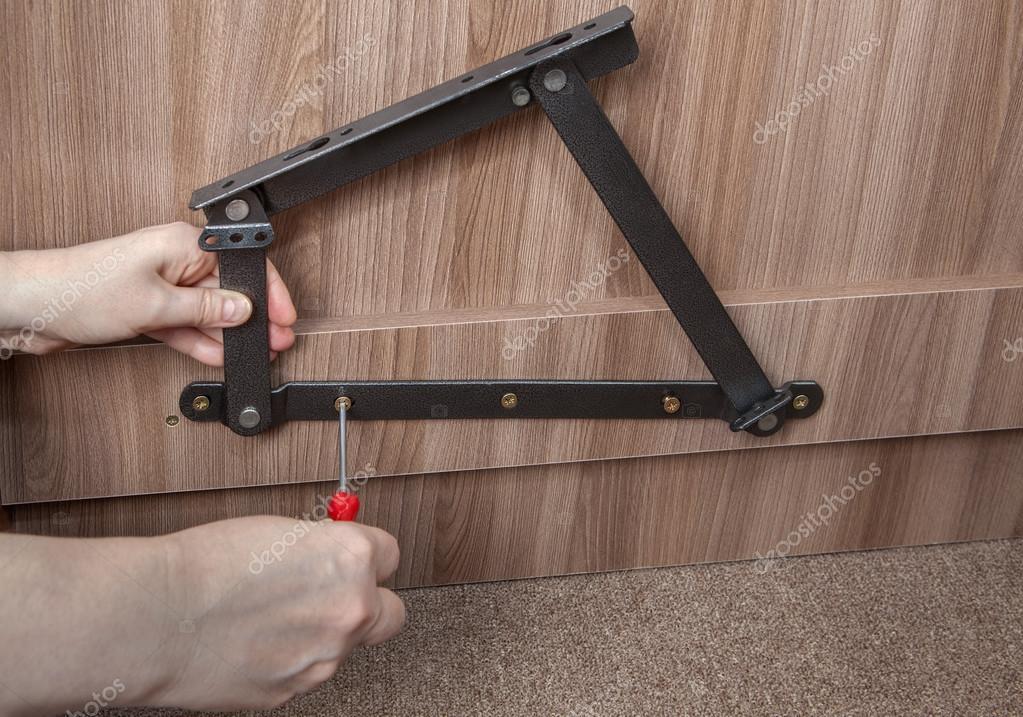 Instalación de resorte de acero mecanismo de elevación en el marco ...
