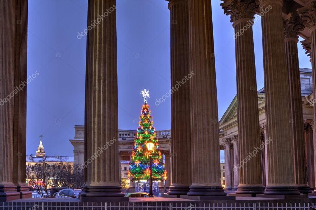 Albero di natale esterno luci di fronte alla cattedrale di kazan