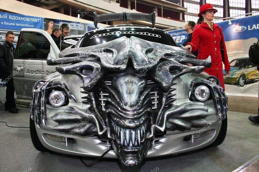 voiture l 39 coute de style les aliens film dans le salon de l 39 automobile photo ditoriale. Black Bedroom Furniture Sets. Home Design Ideas