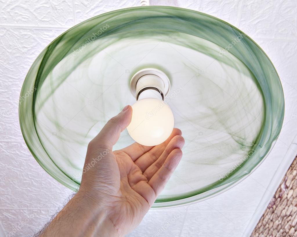 Plafoniere Con Lampade A Risparmio Energetico : Mano torce lampade led a risparmio energetico su plafoniera u foto