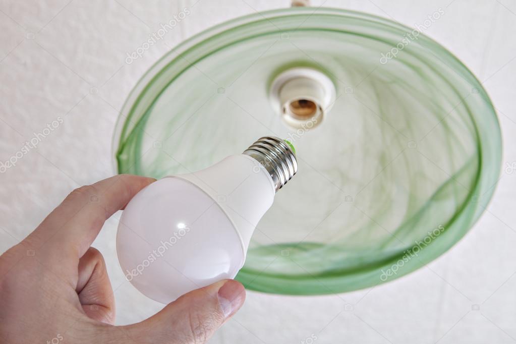 Plafoniere Con Lampade A Risparmio Energetico : Primo piano di risparmio energetico lampadina led in mano umana