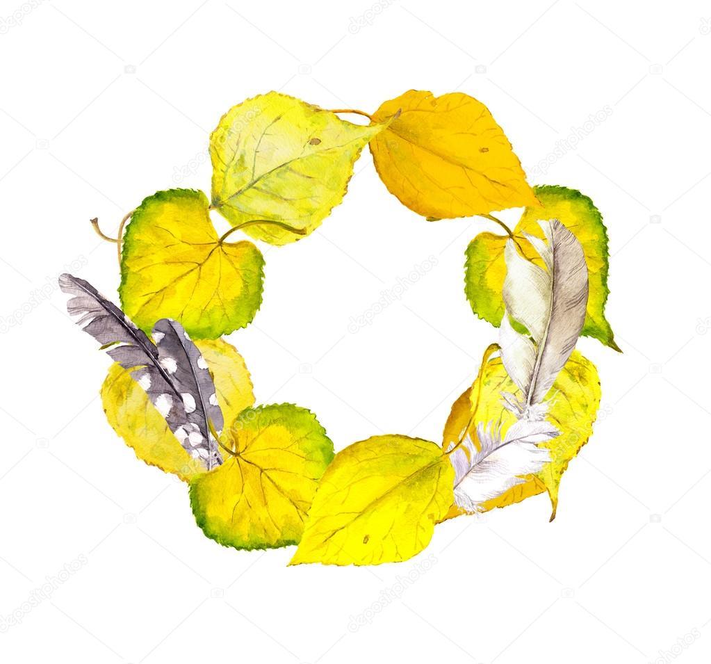 Herbst-Kranz-Rahmen mit gelbes Herbstlaub und Federn — Stockfoto ...