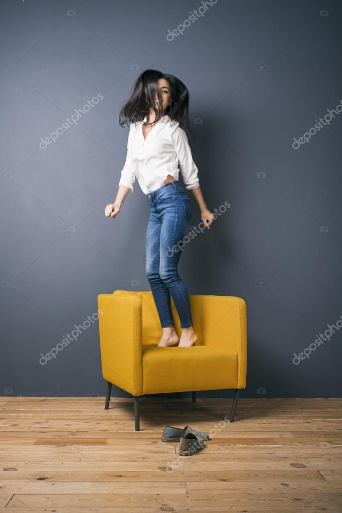 Девушка скачет на стуле, фотосет красивых девушек топлес