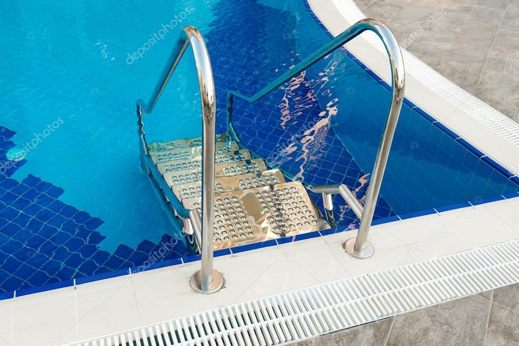 Icke gamla Metall stege pool. Tillverkade av rostfritt stål — Stockfotografi MV-99