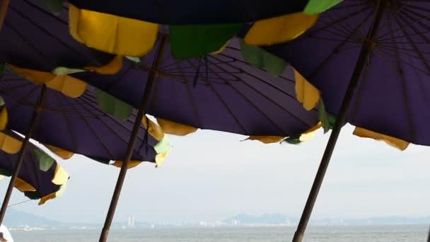 Sonnenschirm mit blauem Himmel und Meereshintergrund
