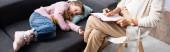 holčička ležící na pohovce s hračkou při vyprávění problému psycholog, banner