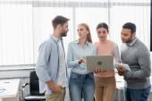 Multikulturelle Geschäftsleute nutzen Laptop und digitales Tablet im Büro