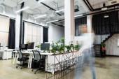 Rozmazané pohyby podnikatelky kráčející v úřadu