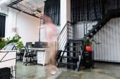 Bewegungsunschärfe von Geschäftsfrauen, die in der Nähe von Computern im Büro laufen
