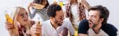 izgatott multietnikus barátok festett arcok kiabálás közben nézi rögbi bajnokság, banner