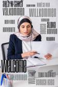 Fotografie Arabischer Übersetzer im Headset mit Dokumenten in der Nähe von Notebook und Laptop, Willkommenswort in verschiedenen Sprachen Abbildung