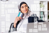 Fotografie lächelnder arabischer Dolmetscher mit Kopfhörer, digitaler Übersetzer im verschwommenen Vordergrund, Begrüßungswort in verschiedenen Sprachen Illustration