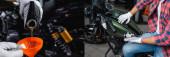 koláž mechanického nalévání motorového oleje do nálevky, kontrola tlaku vzduchu v motocyklových pneumatikách s manometrem, banner