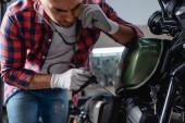 fiatal szerelő kesztyű ellenőrzése motorkerékpár motor sztetoszkóppal