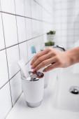 levágott kilátás nő figyelembe fogkefe a fürdőszobában