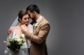 elegáns arab férfi átöleli nő esküvői ruha szürke