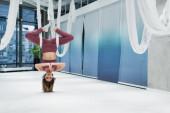 Sportovkyně s modlícími se rukama praktikující muškařskou jógu ve sportovním centru