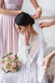 koszorúslányok rögzítő fátyol boldog menyasszony gazdaság esküvői csokor