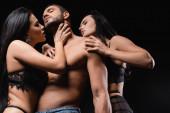 csábító nők csipke fehérnemű csábító fiatal félmeztelen férfi elszigetelt fekete
