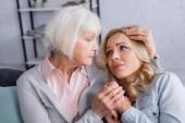 Idős anya ölelés elégedetlen lánya otthon