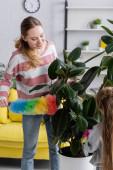 Mosolygó nő tisztító üzem porecset közelében lánya