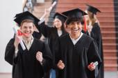 Afrikai amerikai agglegény mutat igen gesztus közeli barát diploma