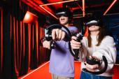 begeisterte Teenager-Gamer in vr-Headsets, die Spaß in der Spielzone haben