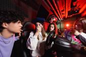 sokkos lány a verseny szimulátor fedél száj kézzel közel fajok közötti barátok