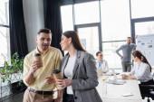 Geschäftsleute mit Kaffee zum Reden im Büro