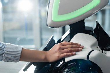 Ofisteki robota dokunan kadın eli görüntüsü