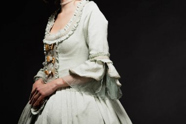 Seçkin, klasik elbiseli bir kadının siyah üzerine izole edilmiş poz verişi.