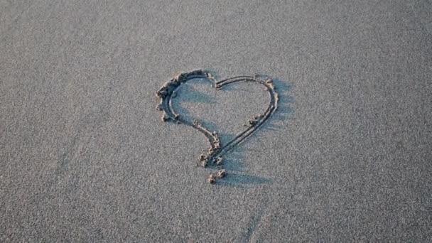 Herz in den Sand gezeichnet