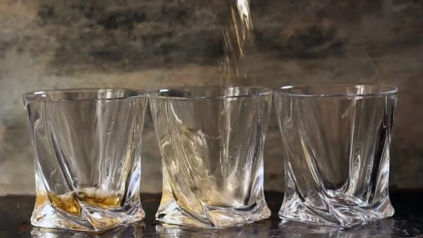 Három pohár whiskey öntés