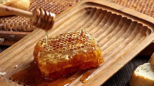 Voštiny s nalitím med z dřevěné honey naběračka