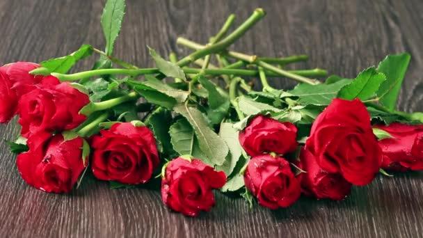 Valentin-nap megállapodásokat vörös rózsa és a szív felett szürke háttér