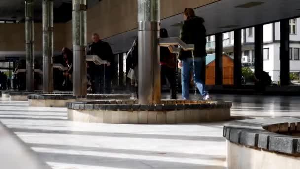 Lidé pít minerální vodu z Karlovy Vary (Karlovy Vary) pružiny Česká republika timelapse
