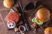 Fotografie Burger a surového kotleta