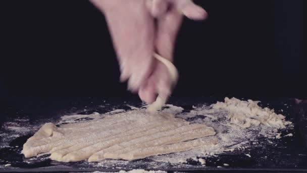 Žena ruce, takže těstovin pici černá kuchyně stůl, hodlal mouky. Tmavý rustikální styl. V retro filtr efekt