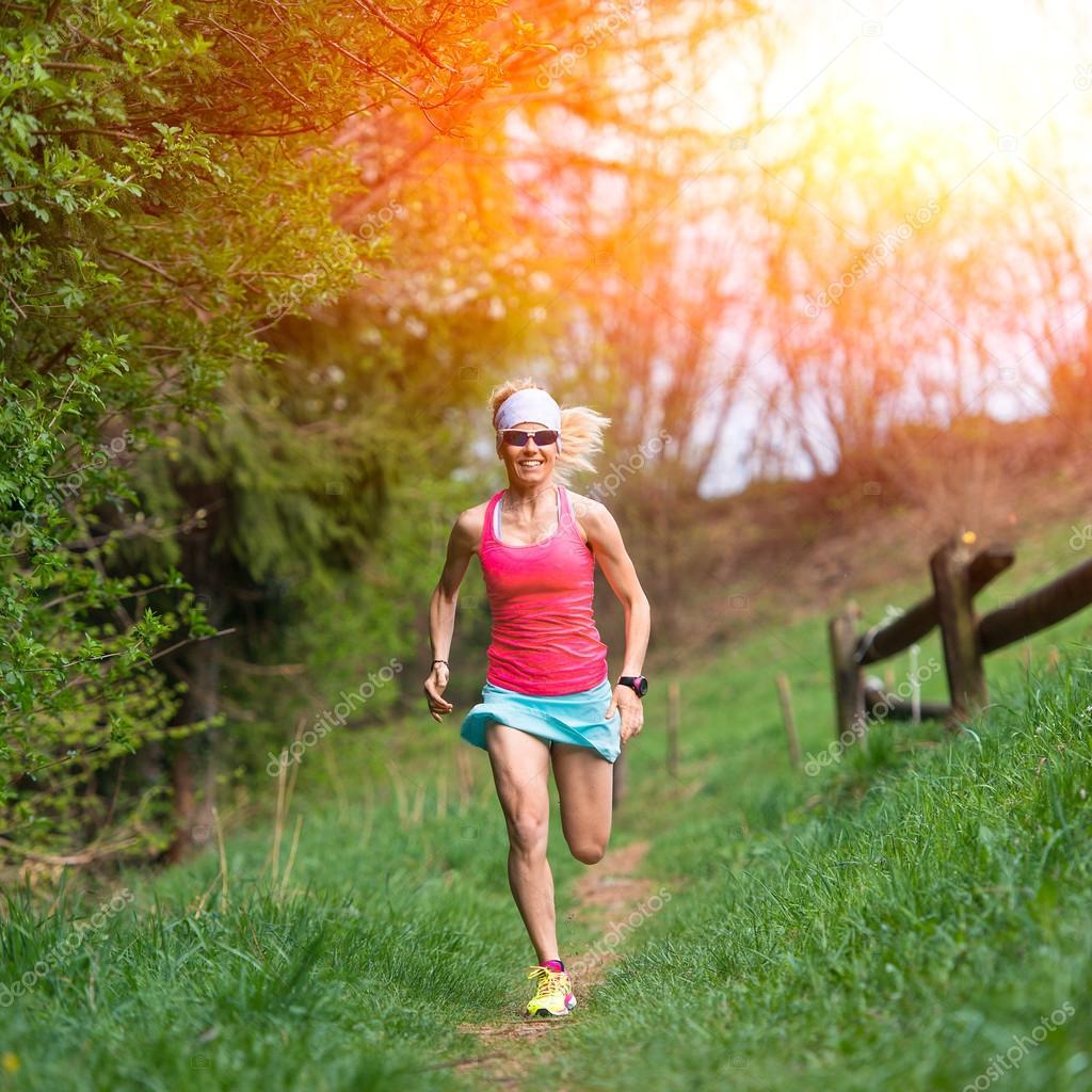 6bb7ec5eb3580d Mädchen-Athlet läuft in den Wald und Wiese — Stockfoto ...