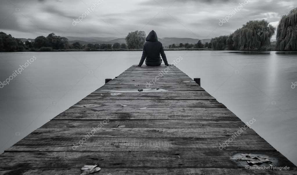 imagenes de un hombre sentado solo