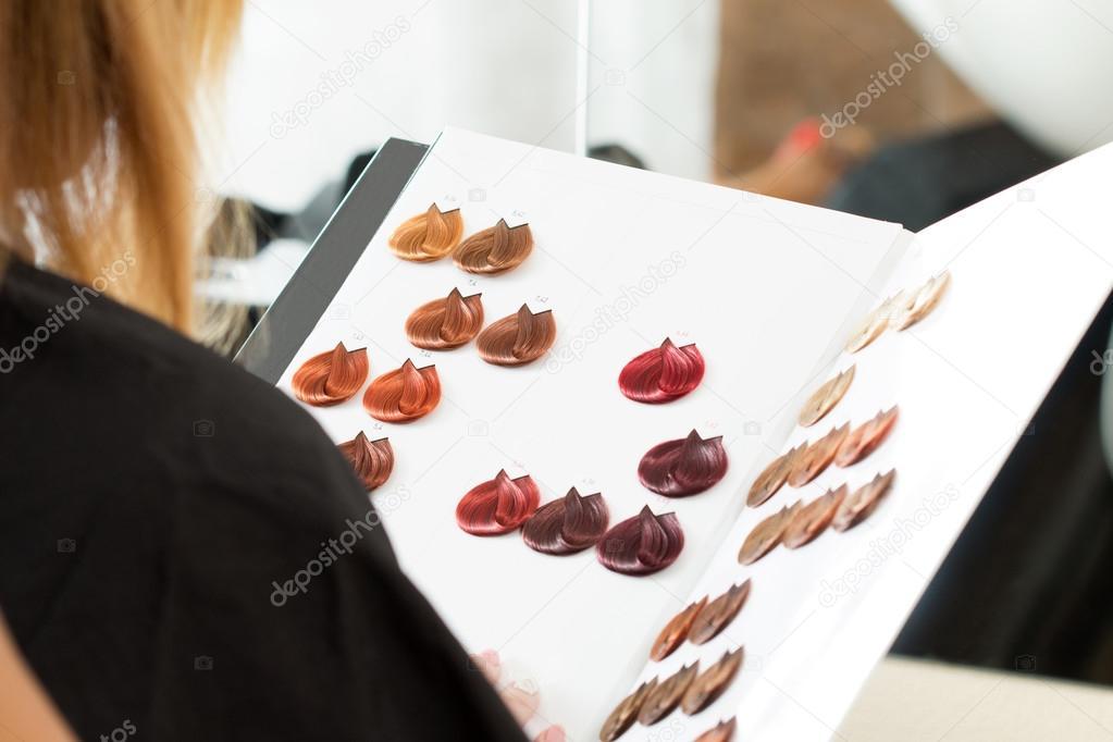 Mujer mirando el libro de las muestras de color — Fotos de Stock ...