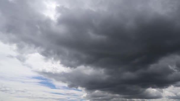 Včasná doba, kdy se temná mračna shromažďují před bouří