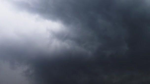 Zeitraffer dunkler Wolken, die sich vor einem Gewitter sammeln