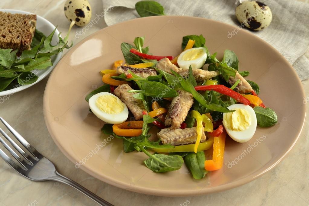 Рыбный салат с перепелиными яйцами