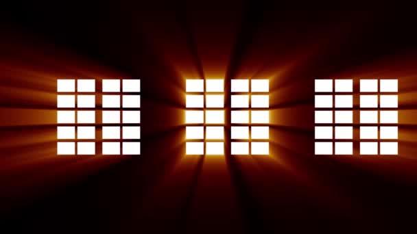 Tiszta ablakok a falon és ragyogó napfény a sötétségben