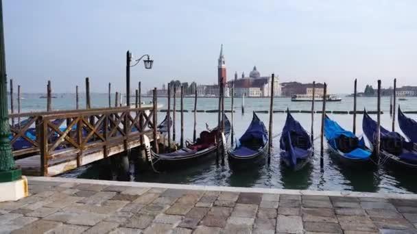 Pohyb po chodníku a námořní gondoly v Benátské laguně